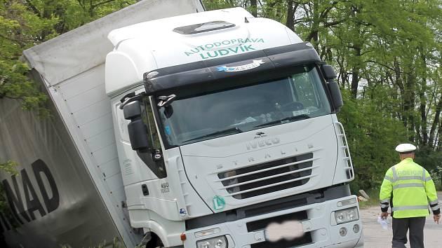 Kamion vezoucí krmnou směs havaroval na silnici druhé třídy mezi Plavčí a Běhařovicemi nedaleko odbočky na Němčičky.