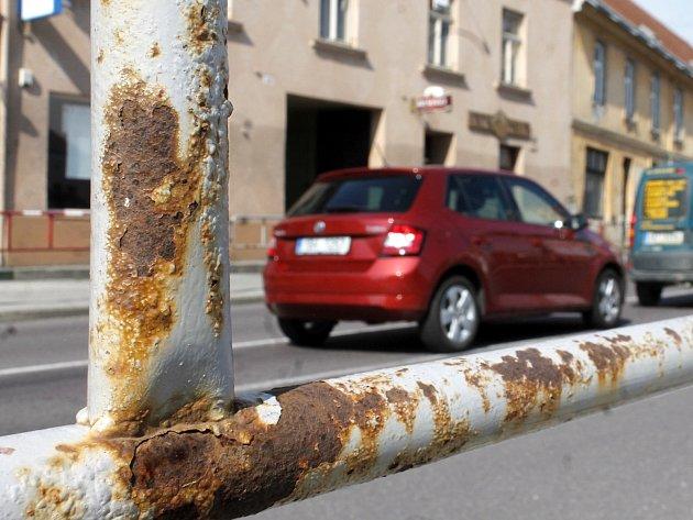 Chodníky v ulici Pražská a dalších ve Znojmě lemuje léta neudržované rezavé zábradlí.