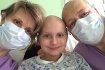 Fotografie Ivety Hlobilové zachycují pobyt v nemocnici při transplantaci kostní dřeně jejímu synovi.