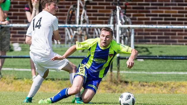 V nedělním dopoledním utkání zdolali fotbalisté Žďáru (v bílém) Tasovice (v zeleno-modrém) těsně 1:0.