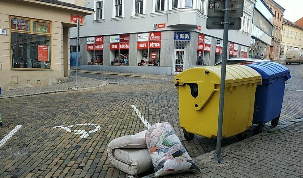 Za nedovolený odpad u kontejnerů hrozí lidem pokuta až deset tisíc korun.