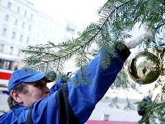 Vánoce skončily. Dělníci odstrojili vánoční strom.