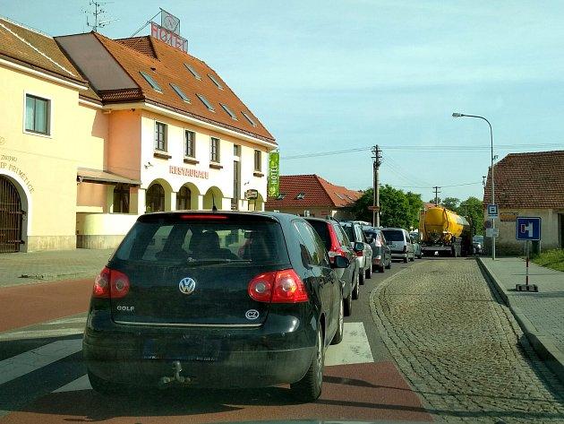 Kvůli opravám silnice druhé třídy v Příměticích se v této příměstské části tvoří dlouhé kolony aut. Řidiči musí počítat se zdržením v řádech desítek minut.