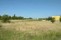 Nedaleko rodinných domů a paneláků u sídliště (přibližně vlevo od posledního rodinného domu) by v  budoucnosti mohl být lesopark.