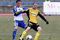 Znojemský fotbalista Roman Hříbek (v modrobílém).