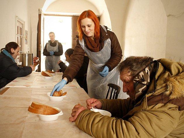 Pracovníci Oblastní charity Znojmo nově rozdávají teplé polévky v zimních měsících bezdomovcům.