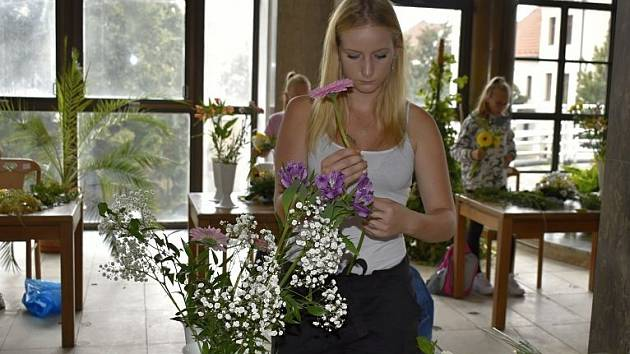 Studenta Adéla Brunclíková při zemské soutěži ve floristice