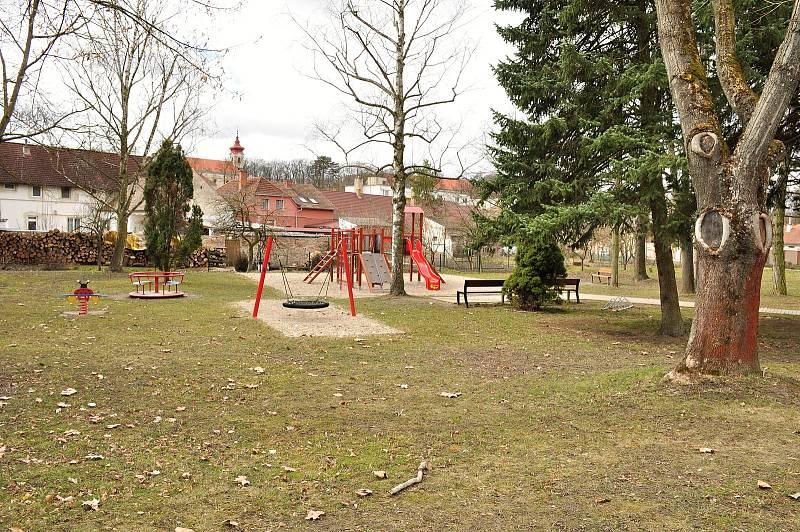 Park v centru obce Břežany