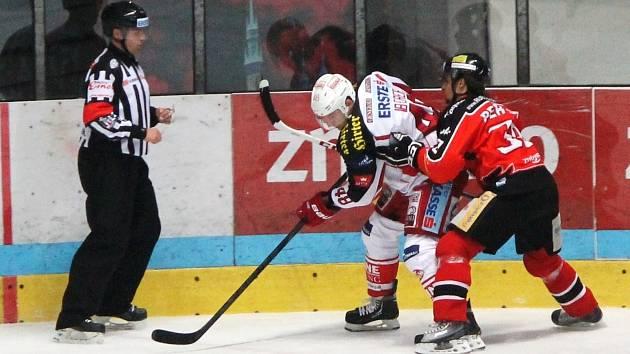 Znojemští hokejisté (v červeném) porazili na domácí půdě úřadujícího mistra EBEL Klagenfurt..