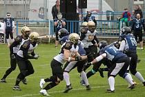 Americký fotbal. Hráči Znojmo Knights (černo-zlaté dresy).