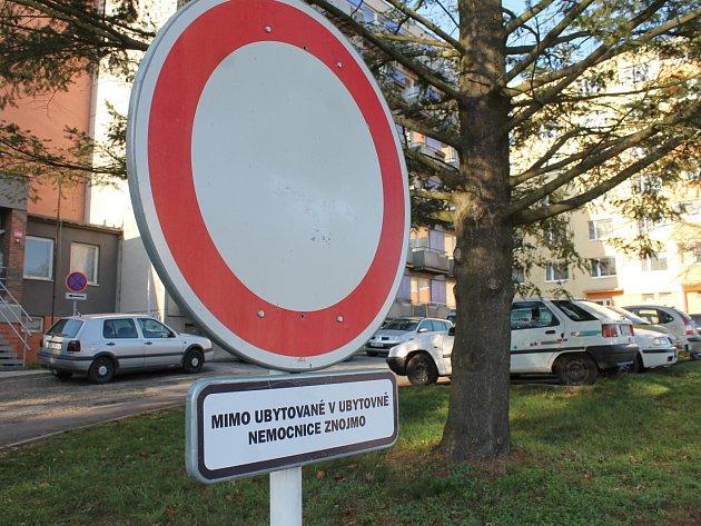 Obyvatele ulice MUDr. Janského ve Znojmě trápí nedostatek parkovacích míst. O další desítky přišli poté, kdy nemocnice zpoplatnila největší parkoviště u zdravotnického zařízení.