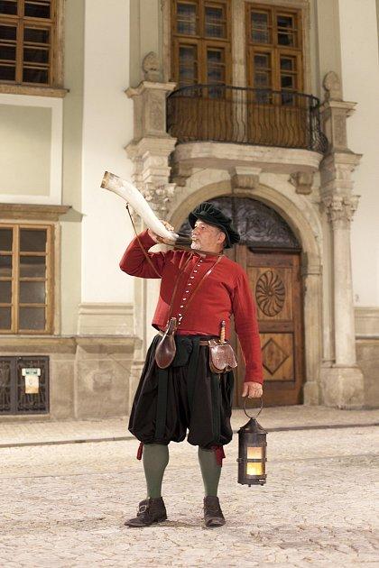 Muzikant a trumpetista Miroslav Kubák zMašovic již desátým rokem obléká kostým znojemského ponocného.