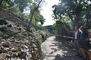 Kvůli pokračování sanace skal mezi ulicí Koželužskou a Karolininými sady uzavře město dočasně část cesty.