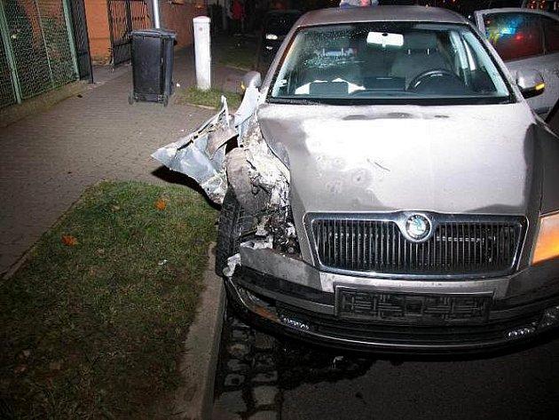 Padesátiletý muž z Vyškovska nezvládl řízení a v ulici Melkusově ve Znojmě narazil svojí Škodou Octávia do zaparkovaného auta Ford Mondeo.