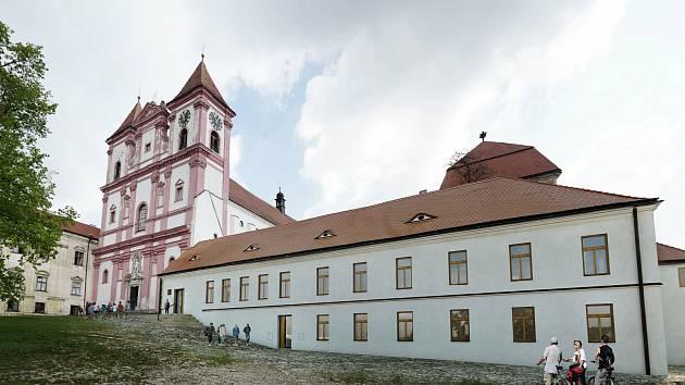 Stará škola u Louckého kláštera ve Znojmě se mění na multifunkční společenské centrum. První návštěvníky přivítá v příštím roce.