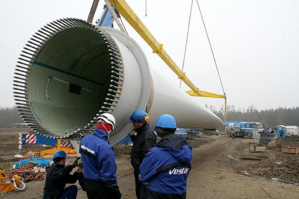 Sto padesát metrů vysokou větrnou elektrárnu postavila specializovaná firma nedaleko Tulešic .