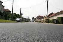 Tak vypadal nově položený asfalt na průtahu Kasárnami v roce 2010.