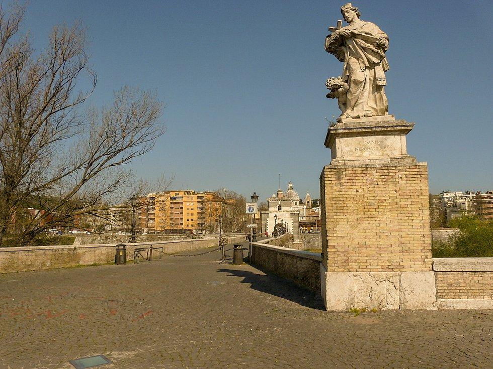 Milvijský most na staré římské silnici Via Flaminia v Římě. Dnešní kolemjdoucí zdraví socha českého světce Jana Nepomuckého.