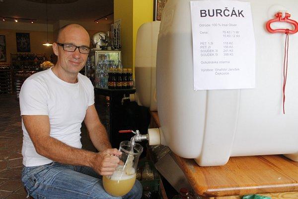 Ve Znojmě již lze koupit první letošní burčák. Nabízí jej stánkaři iprvní vinotéky.