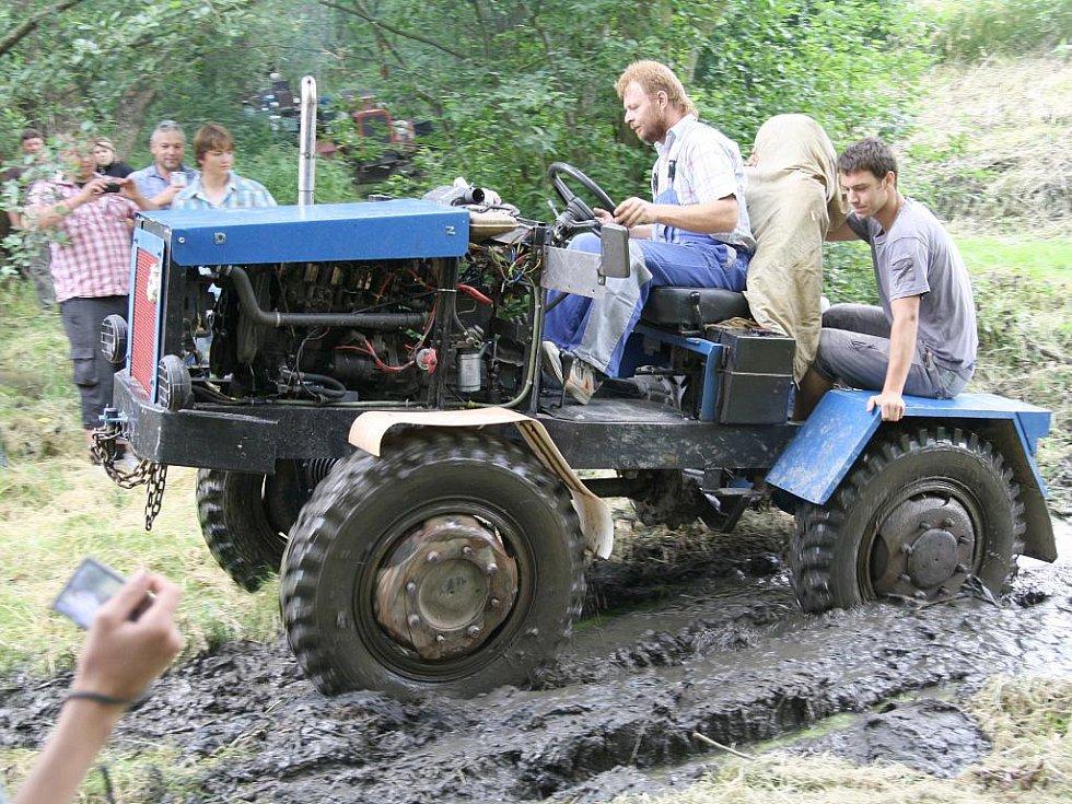 Pekelné stroje poměřily své síly na sedmém ročníku Hektoriády v Křepicích u rybníku.