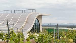 Netradiční nové sídlo vinařství u Znojma: betonová vlna přitahuje pozornost