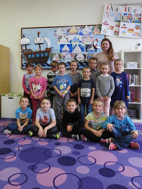 Žáci 1.třídy ZŠ Višňové spaní učitelkou Evou Adámkovou.