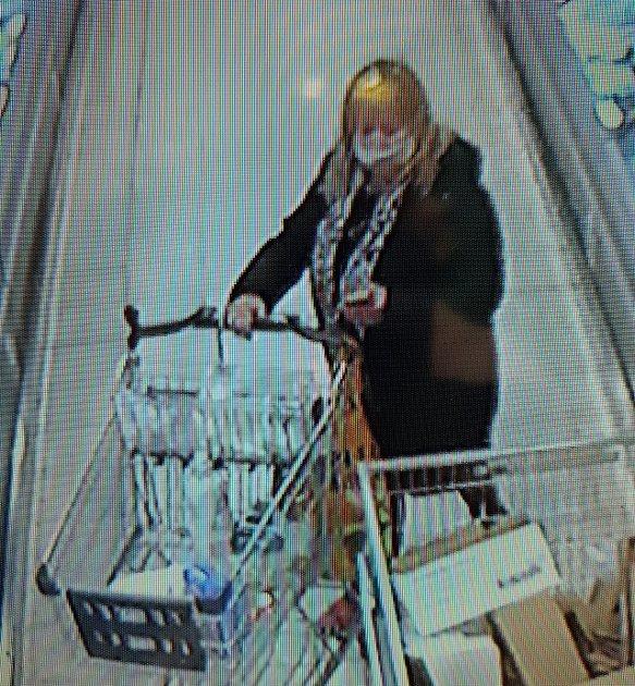Znojemští policisté pátrají po této ženě kvůli objasnění případu krádeže.