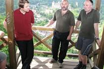 Na vyhlídce nad rakouským Hardeggem se v rámci oslav Evropského dne parků sešli ministr životního prostředí Martin Bursík, ředitel správy parku Tomáš Rothröckl (zcela vpravo) a vedoucí oddělení ochrany přírody Martin Škorpík.