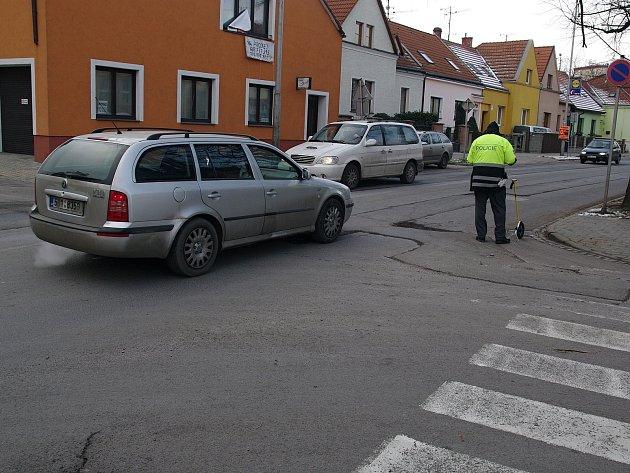 Provoz na Jarošově ulici ve Znojmě v sobotu před polednem zkomplikoval neoznačený výtluk. Půl hodiny před polednem do něj vjelo auto a poškodilo si kolo. Místo nehody dokumentovali dopravní policisté.