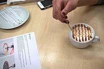 Děti si na Přímětické vyzkoušely přípravu a zdobení kávy.