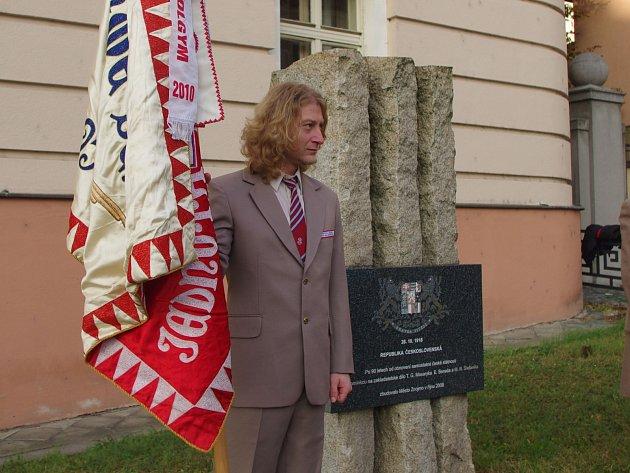 Výročí vzniku první československé republiky si ve Znojmě připomněli představitelé města a několik desít dalších účastníků krátkého shromáždění.