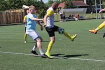 Fotbalisté Hostimi (ve žlutém) mají kvalitní fanklub. Podpořil je i na Region Cupu letos v létě.