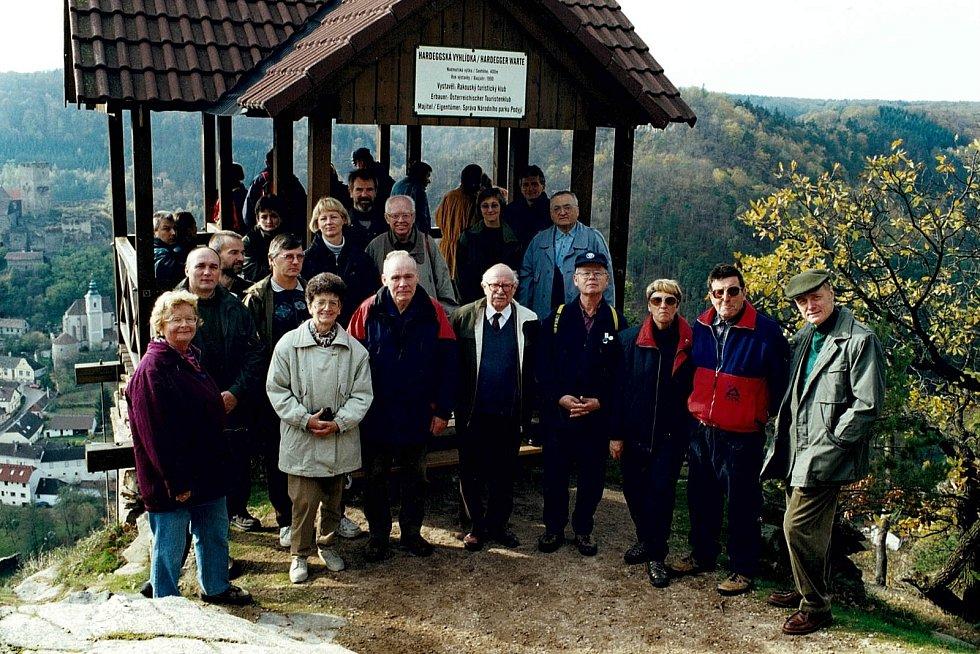 28.10.2010 – slavnostní setkání s ŐTK a KČT za účasti pana Wenzla k 10. výročí vybudování Hadeggské vyhlídky. Walter Wenzel je první zprava.