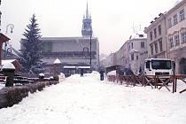 Ve Znojmě roste kopec sněhu přímo na Masarykově náměstí.