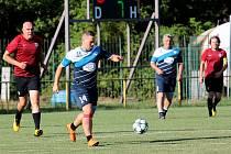 Fotbalisté FK Aditeg Vrbovec-Dyjákovičky (v modrobílých dresech) sehráli poslední červnový pátek na domácím hřišti exhibiční utkání proti celku Sparty Praha. Vrbovečtí prohráli 2:7.