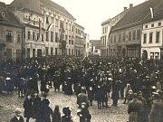 Manifestace českého lidu Znojma před budovou Okresního hejtmanství (Starhemberský palác) na Horním náměstí v den návratu T. G. Masaryka do Prahy dne 21. 12. 1918.