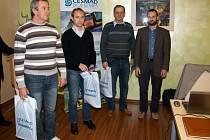 Petr Diviš, Vlastimil Dvořák a Jaromír Balík s oceněním Diploma of Honour určeným pro řidiče, kteří za volantem profesionálně strávili minimálně dvacet let a na svém kontě mají alespoň jeden milion kilometrů bez nehod.