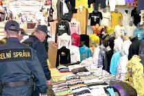 Celníci našli v tržnicích v Hatích rekordní množství padělků.