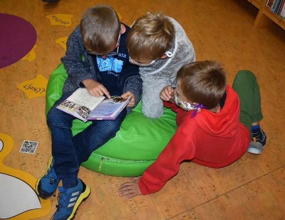 Děti s čtou v jevišovické knihovně.