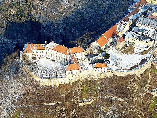 Znojemský hrad (Deblínský zámek) z ptačí perspektivy.
