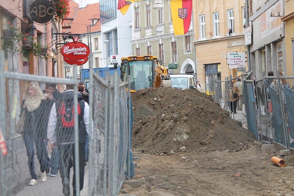 Opravy Velké Michalské omezují provoz v centru Znojma.