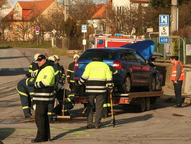 K nehodě, při které se na křižovatce v Suchohrdlech u Znojma srazila tři auta, vyjížděli záchranáři na Štěpána v pátek po jedenácté hodině dopolední.