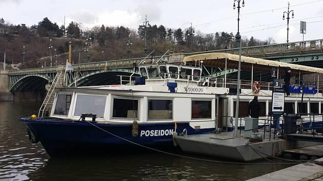 Dlouholetý dopravce, který vozí turisty po vranovské přehradě již desátým rokem, přiveze koncem března z Prahy novou loď.