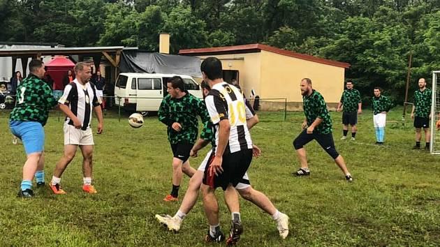 Desítky hráčů dojely na krhovický turnaj Fotbalem proti rasismu. Vítězství nakonec brala parta z Jaroslavic. Foto: Michaela Večeřová