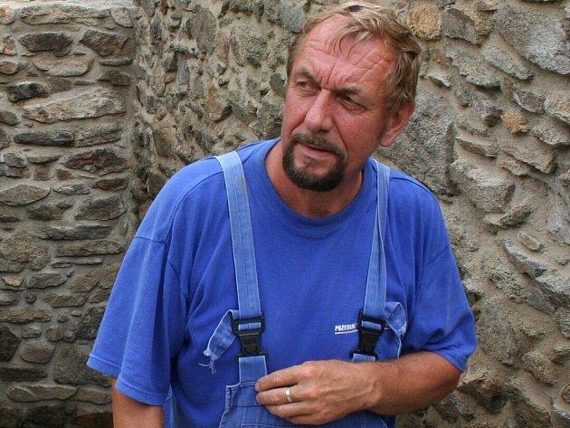 Z rozpadlých ruin se pod jeho rukama stávají opět masivní a plně funkční zdi: Jaroslav Čopf.