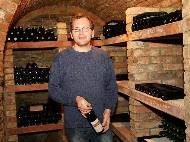 Jednomu z nejmladších a rozlohou vinohradů největších vinařství na Znojemsku velí Evžen Kašpárek (na fotografiích). Vinařství se chce stát sauvignonovým králem.