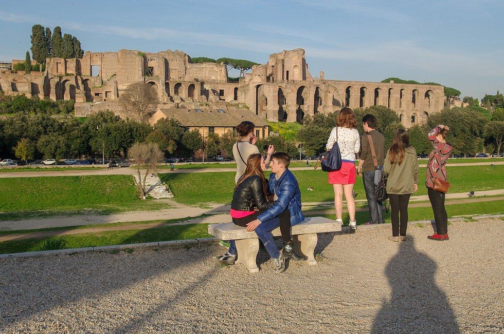 Pohled na starověký císařský Palatin z někdejšího Velkého cirku v údoilí mezi dvěma římskými pahorky Palantinem a Aventinem.