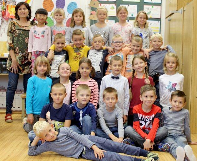 Žáci 1.D třídy ze ZŠ Dr. Mareše ve Znojmě spaní učitelkou Jitkou Floriánovou.