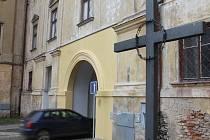 Po téměř dvou měsících je opravený průjezd Louckým klášterem ve Znojmě. Na chodce se poněkud pozapomnělo.