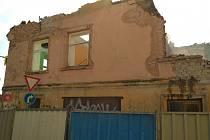 Začala demolice domu po bývalé Městské zeleni ve Znojmě.